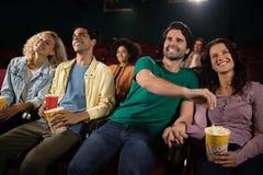 Przyjaciele ogląda film zdjęcia royalty free