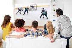 Przyjaciele ogląda hokeja na lodzie na projektoru ekranie zdjęcia royalty free