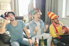 Przyjaciele ogląda mecz koszykówkiego obrazy royalty free