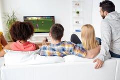 Przyjaciele ogląda mecz piłkarskiego na tv w domu Zdjęcia Royalty Free