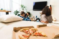 przyjaciele ogląda tv z pizzą zdjęcie stock
