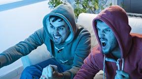 Przyjaciele Ogląda sport Na TV Zdjęcia Royalty Free