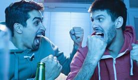 Przyjaciele Ogląda sport Na TV Zdjęcia Stock