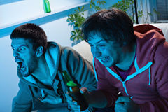 Przyjaciele ogląda sporty na TV Fotografia Royalty Free