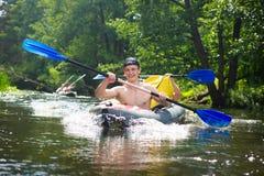 Przyjaciele pływają w kajakach na rzecznym flisactwie Śmieszni faceci w łódkowatych wioślarskich wiosłach w czółnie zdjęcie stock