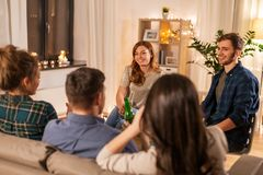 Przyjaciele pije bezalkoholowego piwo w domu obraz royalty free