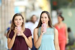 Przyjaciele pije takeaway orzeźwienie zdjęcie royalty free