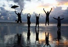 przyjaciele plażowi szczęśliwi zdjęcie royalty free
