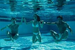 Przyjaciele pod wodą w pływackim basenie obraz royalty free