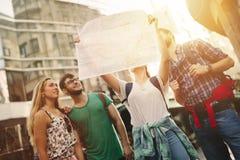 Przyjaciele podróżni i rekonesansowi miasta zdjęcia stock