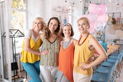 Przyjaciele pomaga ich rodzinnej kobiety w organizaci dziecko prysznic obrazy royalty free