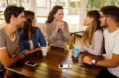Przyjaciele przy kawiarni? obrazy royalty free