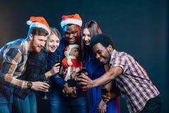 Przyjaciele przy klubem robi selfie i ma zabawę bożych narodzeń pojęcia nowy rok zdjęcie royalty free