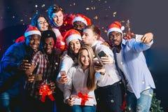 Przyjaciele przy klubem robi selfie i ma zabawę bożych narodzeń pojęcia nowy rok zdjęcia royalty free