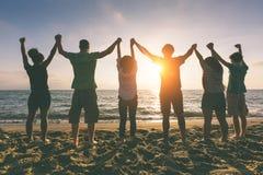 Przyjaciele przy plażą Fotografia Royalty Free