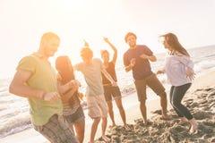 Przyjaciele przy plażą Obraz Royalty Free