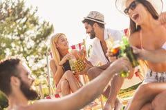 Przyjaciele przy poolside przyjęciem koktajlowe zdjęcia stock