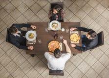 Przyjaciele przy restauracją zdjęcie royalty free