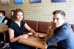 Przyjaciele przy sklep z kawą Zdjęcie Royalty Free