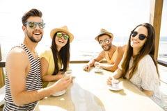 Przyjaciele przy wyrzucać na brzeg baru Fotografia Royalty Free