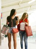 przyjaciele razem na zakupy girlhood zdjęcie stock