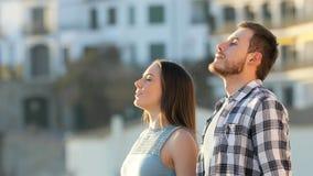 Przyjaciele relaksuje oddychania świeże powietrze w miasteczku zdjęcie wideo