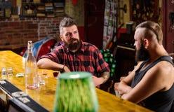Przyjaciele relaksuje w barze lub pubie Modnisia brodaty m??czyzna wydaje czas wolnego z przyjacielem przy baru kontuarem M??czy? obrazy stock