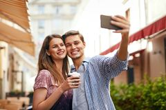 Przyjaciele Robi fotografii Na telefonie komórkowym Przy ulicą Zdjęcia Royalty Free