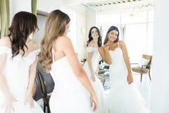 Przyjaciele Robi na Ślubnych togach W sklepie fotografia royalty free