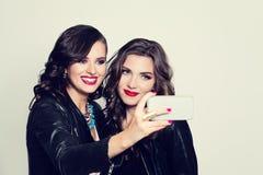 Przyjaciele robi selfie Piękne kobiety robi selfie zdjęcia royalty free