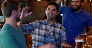 Przyjaciele rozwesela podczas gdy mieć piwo przy baru kontuarem zdjęcie wideo