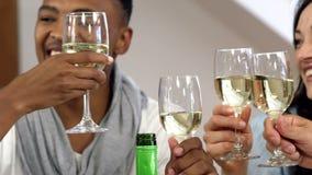 Przyjaciele rozwesela z białym winem zdjęcie wideo