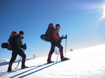 Przyjaciele są podróżni przez gór Obraz Royalty Free