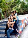 przyjaciele siedzi kroki Fotografia Royalty Free