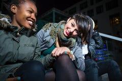 Przyjaciele siedzi na schodku w mieście Obrazy Stock