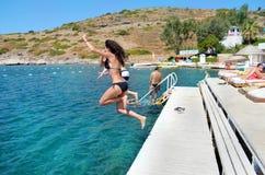 Przyjaciele skacze w morzu Zdjęcie Stock