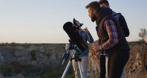 Przyjaciele stargazing wpólnie używać fachowego teleskop zbiory