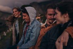 Przyjaciele stoi na autostradzie na górze wzgórza przy półmrokiem zdjęcie stock