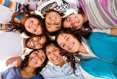 przyjaciele szczęśliwe zgrupowane Zdjęcia Royalty Free