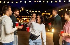 Przyjaciele tanczy przy dachu przyjęciem z napojami obrazy stock