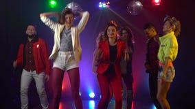 Przyjaciele tanczy przy przyjęciem ma nightl sprawdzenie pochodzenia wielu moich wielkich rzeczy jeszcze portfolio serii podobnyc zbiory wideo