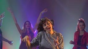 Przyjaciele tanczy przy przyjęciem ma noc zbiory wideo