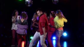 Przyjaciele tanczy przy przyjęciem ma noc swobodny ruch sprawdzenie pochodzenia wielu moich wielkich rzeczy jeszcze portfolio ser zbiory wideo