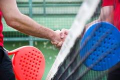 Przyjaciele trząść ręki w paddle tenisie Obrazy Royalty Free