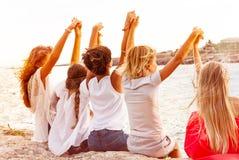 Przyjaciele trzyma ręki i patrzeje seascape obraz royalty free