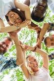 Przyjaciele tworzą okrąg integracja obrazy stock