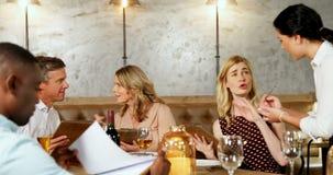 Przyjaciele umieszcza rozkaz w restauraci 4K 4k zdjęcie wideo