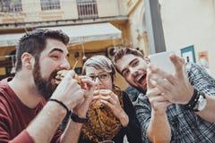 Przyjaciele W fast food restauraci Zdjęcie Stock
