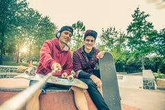 Przyjaciele w jeździć na łyżwach parka Zdjęcie Royalty Free