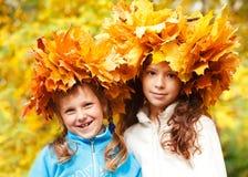 Przyjaciele w jesiennych headwreaths Obrazy Stock
